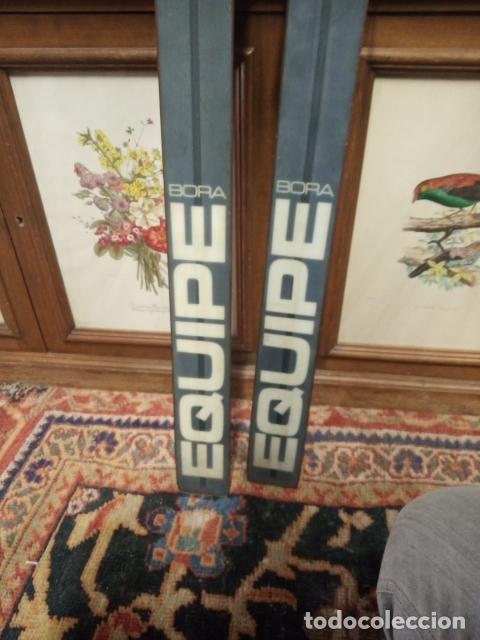 Coleccionismo deportivo: Juego de antiguos esquís con sus bastones. Tua Bora equipe. Made in Italy. Desing P. Simion. - Foto 10 - 181136662