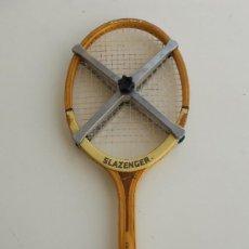 Coleccionismo deportivo: RAQUETA DE TENIS, SLAZENGER CHALLENGER N°1, CON FUNDA Y PRENSA.. Lote 191334046