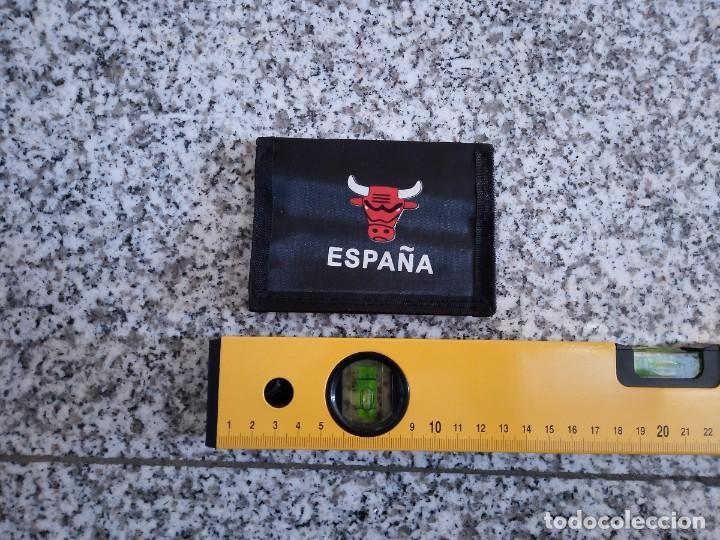 Coleccionismo deportivo: Billetera parodia Chicago Bulls NBA Toro España - Foto 4 - 195285416