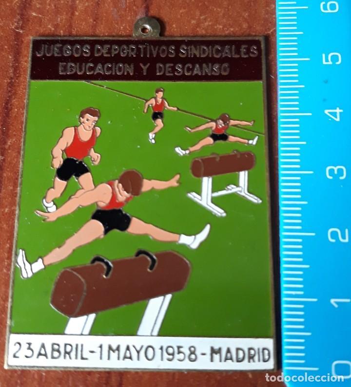 CHAPA JUEGOS DEPORTIVOS SINDICALES EDUCACION Y DESCANSO 1958 (Coleccionismo Deportivo - Material Deportivo - Otros deportes)
