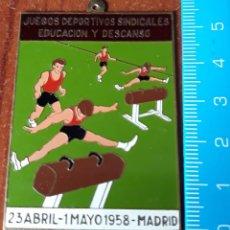 Coleccionismo deportivo: CHAPA JUEGOS DEPORTIVOS SINDICALES EDUCACION Y DESCANSO 1958. Lote 195328622