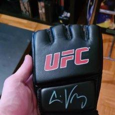 Coleccionismo deportivo: GUANTE DE LA UFC FIRMADO POR EL EXCAMPEON CAIN VELAZQUEZ SIGNED AUTOGRAFO GLOVES AUTOGRAPH MMA FIRMA. Lote 203529198