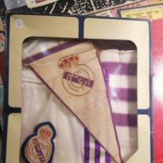 Coleccionismo deportivo: REAL MADRID TRAJE BEBE TALLA 00 Y BANDERÍN AÑOS 80 ORIGINAL. Lote 206258856