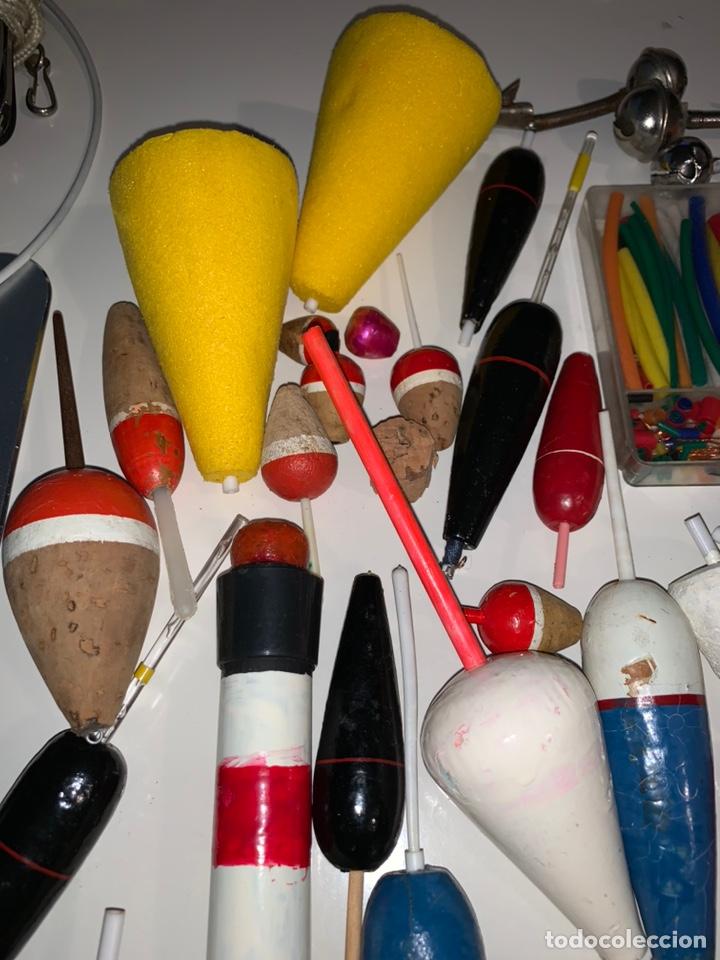 Coleccionismo deportivo: Gran lote artículos pesca anzuelos, cebos, carretes, hilo, cucharillas, boyas, plomos...etc - Foto 17 - 208433415