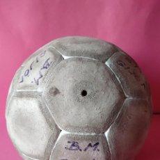 Coleccionismo deportivo: BALON BALONMANO, AÑOS 80, BALONMANO GIJON.. Lote 225800908