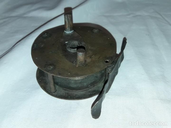 Coleccionismo deportivo: Antiguo carrete de pesca de bronce siglo XIX 6,5cm - Foto 3 - 231004845