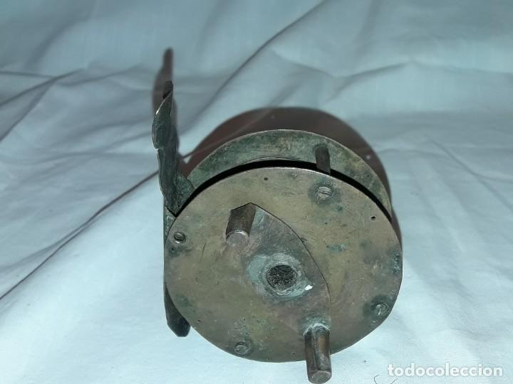 Coleccionismo deportivo: Antiguo carrete de pesca de bronce siglo XIX 6,5cm - Foto 4 - 231004845