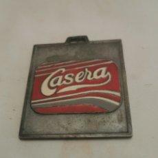 Coleccionismo deportivo: ANTIGUA CHAPA CON PUBLICIDAD DE LA CASERA. Lote 231447045