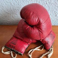 Coleccionismo deportivo: GUANTES DE BOXEO OLYMPE 12 OZ - DE PIEL - DECORACIÓN VINTAGE - COLOR ROJO Y NEGRO. Lote 244934000
