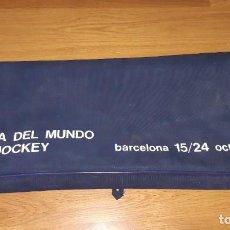 Coleccionismo deportivo: BOLSA COPA MUNDIAL HOCKEY HIERBA. BARCELONA, 1971, PALOS STICKS. Lote 248095795