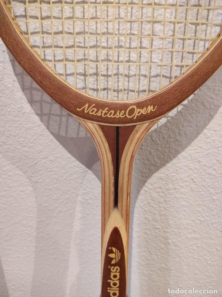 Coleccionismo deportivo: RAQUETA DE TENIS DE MADERA ADIDAS NASTASE OPEN -AÑO 1981- CON FUNDA, VINTAGE - Foto 2 - 262740930