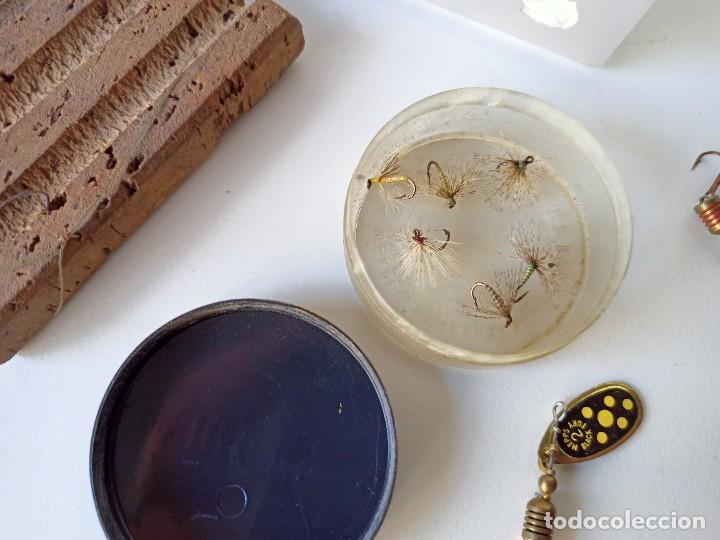 Coleccionismo deportivo: Lote utensilios de pesca, anzuelos, cucharillas, moscas, etc - Foto 2 - 266274518