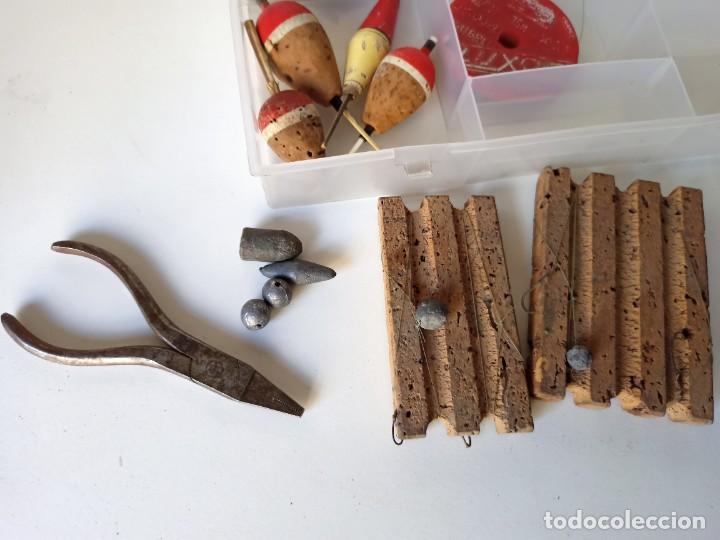 Coleccionismo deportivo: Lote utensilios de pesca, anzuelos, cucharillas, moscas, etc - Foto 4 - 266274518