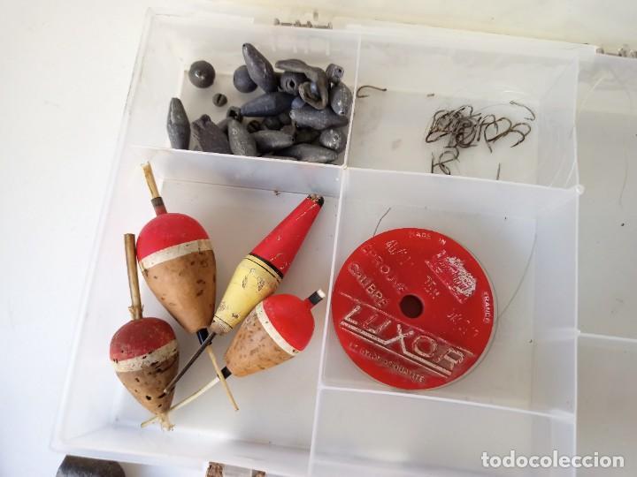 Coleccionismo deportivo: Lote utensilios de pesca, anzuelos, cucharillas, moscas, etc - Foto 5 - 266274518