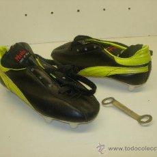 Collectionnisme sportif: ANTIGUAS BOTAS FUTBOL MOBE (LA MARCA NACIONAL DE LAS TRES BANDAS) AÑOS 70 NUEVAS NIÑO MADE IN SPAIN. Lote 31672982