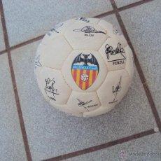 Coleccionismo deportivo: BALON DE FUTBOL FIRMADO POR LOS JUGADORES DEL VALENCIA CF. Lote 41410385
