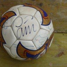 Coleccionismo deportivo: FIRMA CAÑIZARES AIMAR AYALA TODOS! ESTE BALON FUTBOL ORIGINAL VALENCIA CAMPEON LIGA 2003 2004 . Lote 45553406