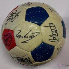 Coleccionismo deportivo: BALON REGLAMENTARIO FIRMADO POR JUGADORES DEL BARCELONA 83-84. Lote 48387371