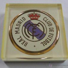 Coleccionismo deportivo: PISAPAPELES DEL REAL MADRID, ANTIGUO DE METACRILATO, MIDE 9 X 9 X 2,5 CMS. EXCELENTE ESTADO, MUY RA. Lote 49087198