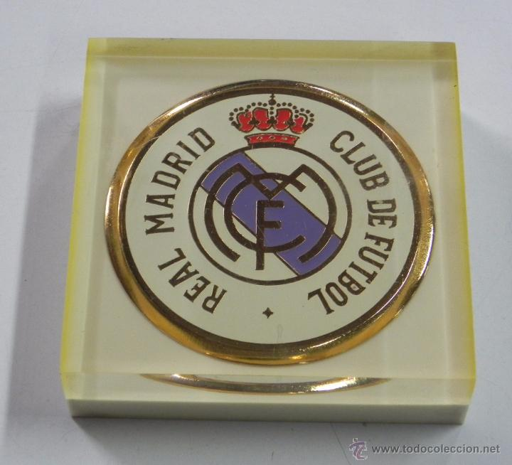 Coleccionismo deportivo: PISAPAPELES DEL REAL MADRID, ANTIGUO DE METACRILATO, MIDE 9 X 9 X 2,5 CMS. EXCELENTE ESTADO, MUY RA - Foto 2 - 49087198