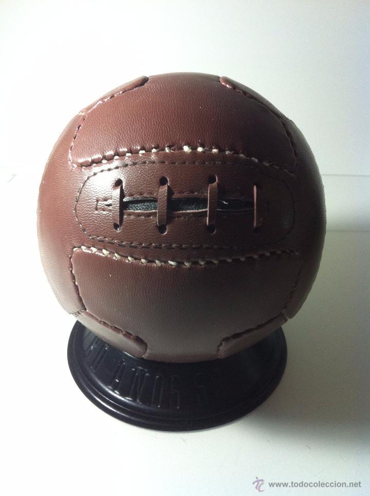 HISTORICO BALON DE FUTBOL. HOMENAJE AL BALON AÑOS 1950. CON PEANA. (Coleccionismo Deportivo - Material Deportivo - Fútbol)