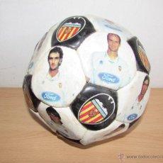 Coleccionismo deportivo: BALON DEL VALENCIA ANTIGUO - LUANVI - CON LOS JUGADORES. Lote 54205626
