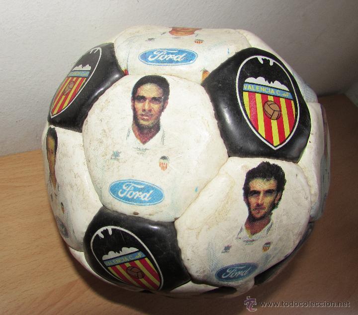 Coleccionismo deportivo: BALON DEL VALENCIA ANTIGUO - LUANVI - CON LOS JUGADORES - Foto 2 - 54205626