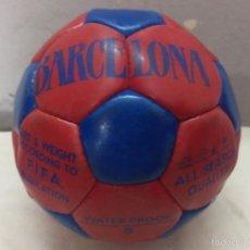 Coleccionismo deportivo: BALON FIRMADO POR LOS JUGADORES DEL FC BARCELONA - AÑOS 90?. Lote 56194373