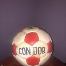 Coleccionismo deportivo: BALON CONDOR FIRMADO ATCO. MADRID AÑO 1982. Lote 56400796