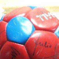 Coleccionismo deportivo: ANTIGUO BALON FIRMADO DEL FC BARCELONA. Lote 60176939