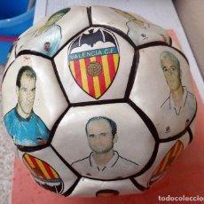 Coleccionismo deportivo: BALON FUTBOL, VALENCIA CF, TEMPORADA 1997 98 , CON JUGADORES , VER FOTOS , ORIGINAL. Lote 64586815