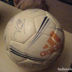 Coleccionismo deportivo: BALON FIRMADO REAL MADRID 2004/2005. Lote 67190633