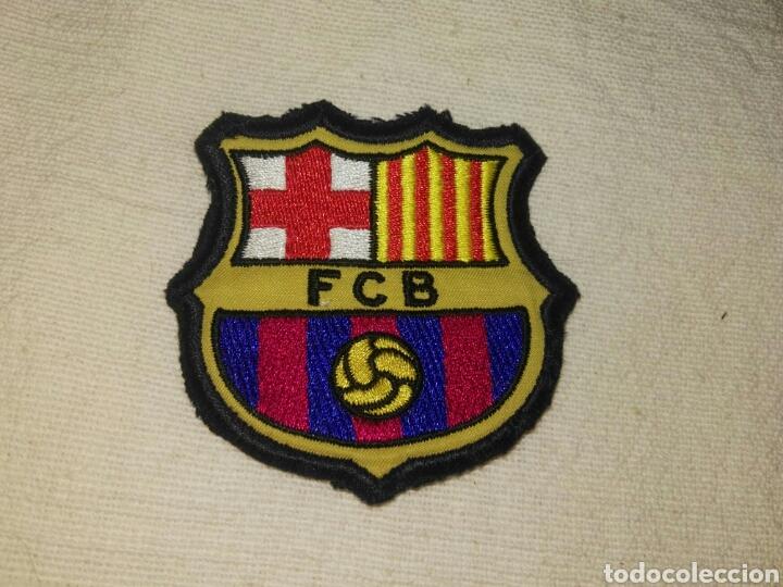Coleccionismo deportivo: ANTIGUO ESCUDO FUERTE Y BIEN BORDADO DEL FUTBOL CLUB BARCELONA. - Foto 2 - 77888362