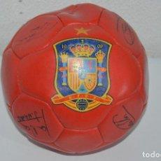 Coleccionismo deportivo: BALON DE FUTBOL CON FIRMAS DE LOS JUGADORES MADE IN PAKISTAN. Lote 85264108