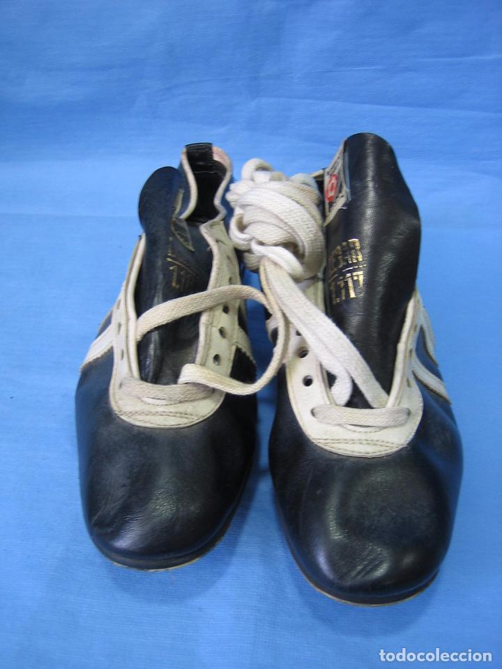 Coleccionismo deportivo: Botas de fútbol antiguas. Marca Legar.Fabricadas en España. Número 41 - Foto 4 - 171696854