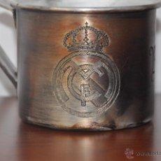 Coleccionismo deportivo: TAZA ALUMINIO .FC REAL MADRID .HECHA A MANO. Lote 90100936