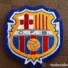 Coleccionismo deportivo: ANTIGUO ESCUDO CAMISETA MODELO MILAN DEL FUTBOL CLUB F.C BARCELONA. Lote 93866980