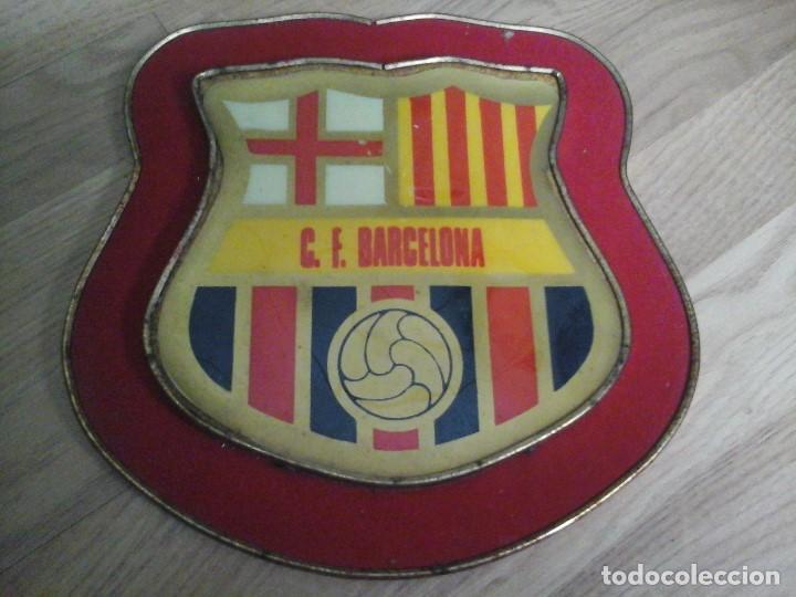 ESCUDO F.C. BARCELONA DE 25X25 CMS. C.F.B. ANTIGUO PARA COLGAR (Coleccionismo Deportivo - Material Deportivo - Fútbol)