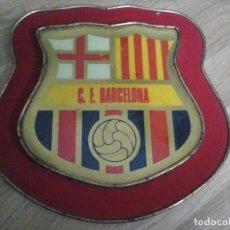 Coleccionismo deportivo: ESCUDO F.C. BARCELONA DE 25X25 CMS. C.F.B. ANTIGUO PARA COLGAR. Lote 93867435