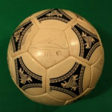 Coleccionismo deportivo: BALÓN ADIDAS ETRUSCO UNICO MATCH WORN FIRMADO POR MARADONA. Lote 95704035
