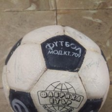 Coleccionismo deportivo: BALON DE FUTBOL UNICO. FABRICADO FUERA DE ESPAÑA, ABUNDANTES FIRMAS POR DETERMINAR, BUTRAGUEÑO,,,. Lote 96141651
