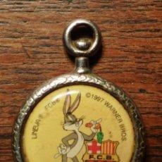 Coleccionismo deportivo: MEDALLA O COLGANTE DE 1997 DEL F.C.BARCELOINA DE LA WARNER BROS DE METAL CON EL CONEJO BUGS BUNNY.. Lote 104162383