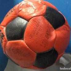 Coleccionismo deportivo: BALON CON FIRMAS REALES DE LOS JUGADORES DEL FC BARCELONA DEL AÑO 1984. Lote 107132251