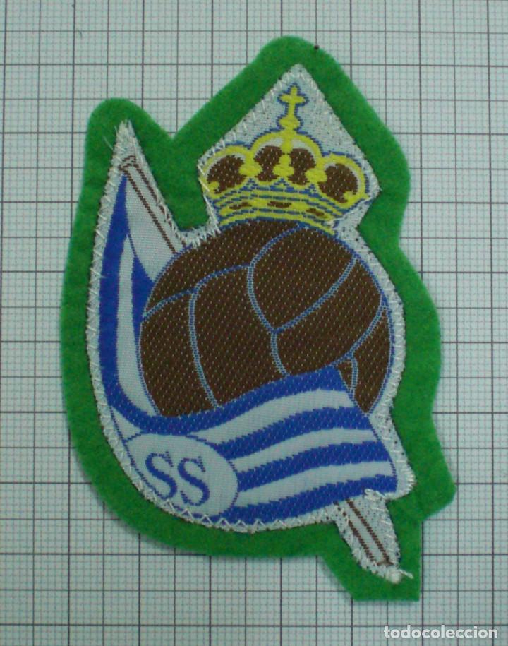 ANTIGUO ESCUDO FUTBOL TELA PARA COSER EN CAMISETA REAL SOCIEDAD CON FIELTRO (Coleccionismo Deportivo - Material Deportivo - Fútbol)