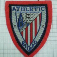 Coleccionismo deportivo: ANTIGUO ESCUDO TELA PARA COSER EN CAMISETA FUTBOL ATHLETIC BILBAO CON FIELTRO. Lote 131534366
