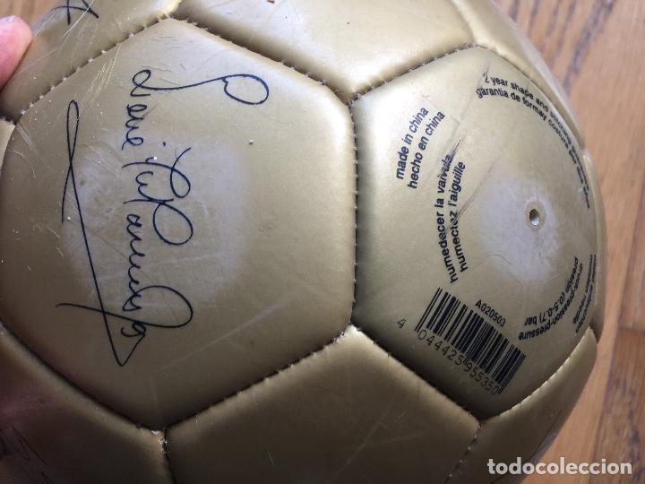 Coleccionismo deportivo: ANTIGUO BALON CON LAS FIRMAS DE JUGADORES DEL REAL MADRID, SERIGRAFIADAS - Foto 4 - 116659483