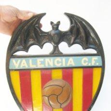 Coleccionismo deportivo: GENIAL GRAN ESCUDO VALENCIA CLUB DE FUTBOL UNICO, MADERA POLICROMADA, AÑOS 80 . Lote 121421403