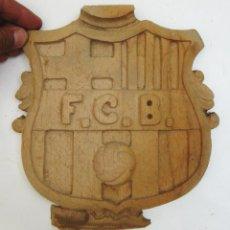 Coleccionismo deportivo: ESCUDO ANTIGUO TALLADO ARTESANAL MADERA FUTBOL CLUB BARCELONA. Lote 122994099