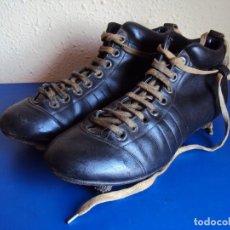 Coleccionismo deportivo: (F-180700)ANTIGUAS BOTAS DE FOOT-BALL - AÑOS 40-50. Lote 126863411