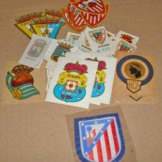 Coleccionismo deportivo: ESCUDOS DE FUTBOL - LOTE DE 40 - VER LISTADO - BUEN ESTADO. Lote 132285134